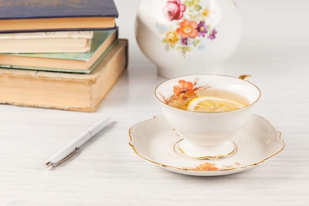 レモンとテーブルの上の本とお茶