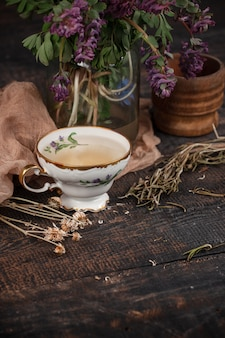 レモンとテーブルの上のサクラソウの花束とお茶