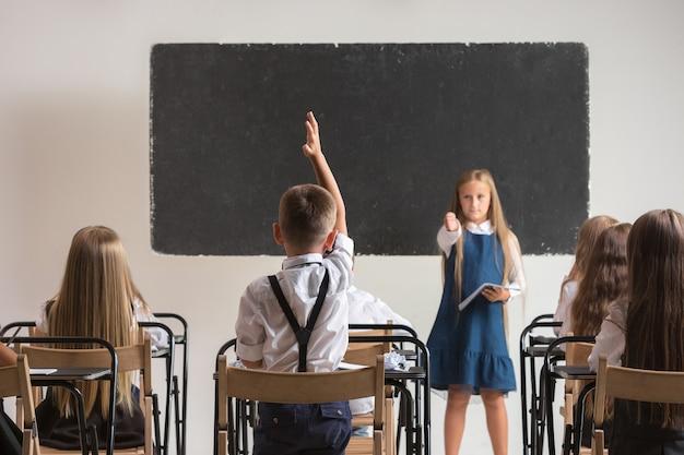 Школьники в классе на уроке