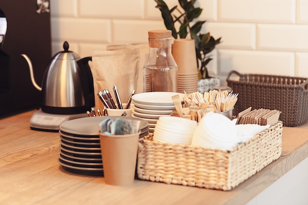 コーヒーハウスのカウンターの上のコーヒーのテーブルセッティング