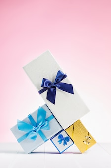 リボンの弓で再生紙に包まれたギフトボックス