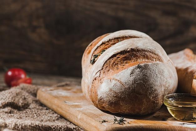 テーブルの上の焼きたてのパン