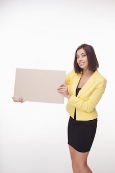 Коммерсантка показывая доску или знамя с космосом экземпляра на белизне