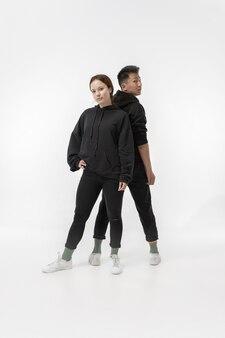Модная модная пара, изолированная на белой стене студии