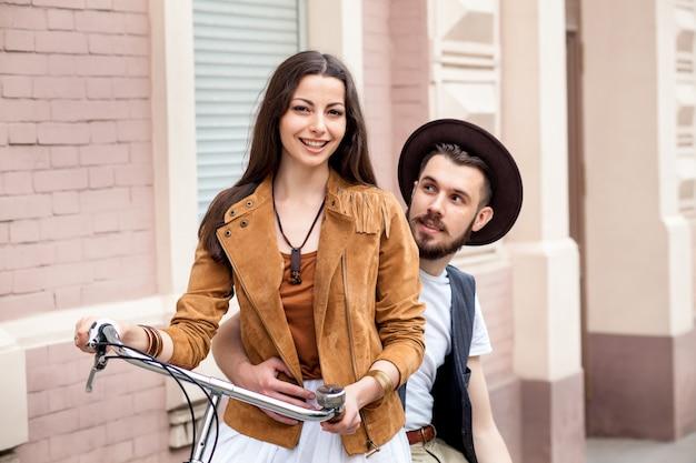 Молодая пара, стоя у стены и обниматься