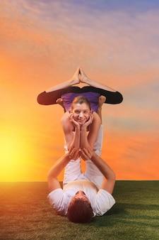 Два человека делают упражнения йоги