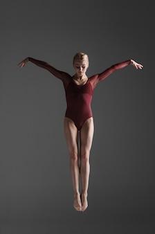 ジャンプ若い美しいモダンスタイルダンサー