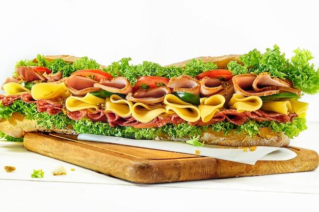 Вкусный гамбургер, бургер из говядины в макро на тарелку и на белом фоне.