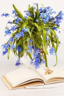 テーブルの上の青いサクラソウの花束