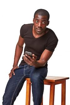 電話で話しているアフリカ人の肖像画
