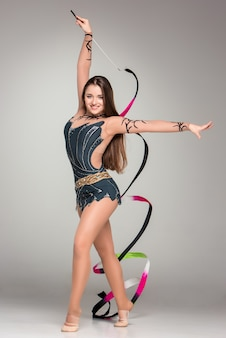 Подросток делает гимнастику танец с лентой