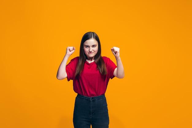 怒っている十代の少女の肖像画