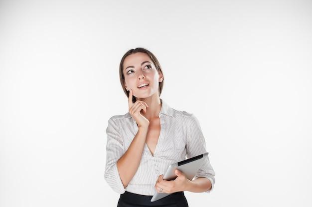 ラップトップを持つ若いビジネス女性