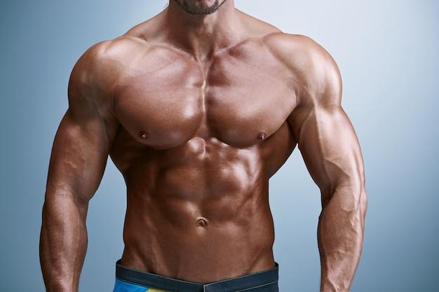 Привлекательный строитель мужского тела