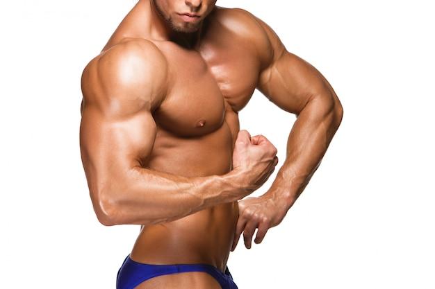 魅力的な男性の体ビルダー