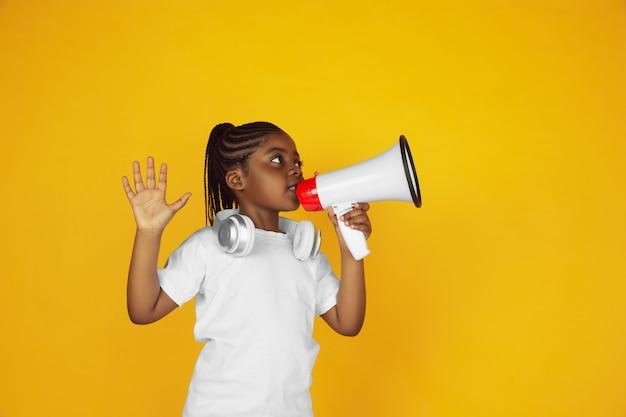 黄色のスタジオに分離されたアフリカ系アメリカ人少女の肖像画