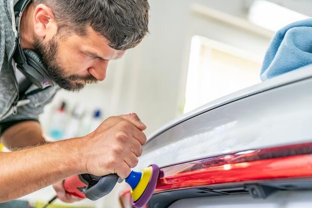 磨きの助けを借りて、車のテールライトの傷の修復と輝きを磨きます