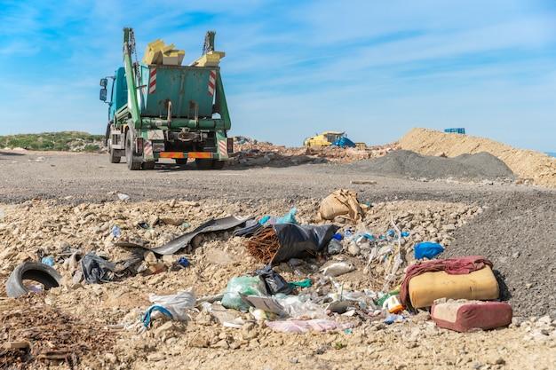 ごみ収集車が廃棄物を埋立地に運びました