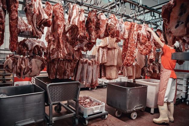 Производство мясных продуктов в супермаркете, в супермаркете.
