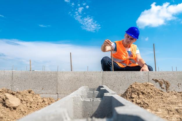 Ремесленник на строительстве фундамента здания
