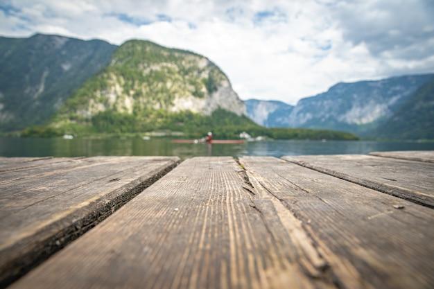 夏の観光シーズン中にオーストリアの町ハルシュタットの湖を見る