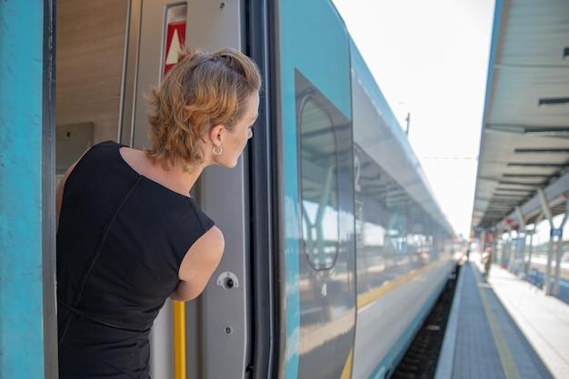 Женщина путешествует на поезде