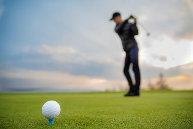 Удар игрока в гольф посылает мяч в лунку