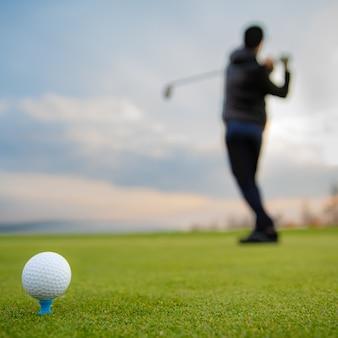 秋のトーナメントで芝生のフィールドでバッティングゴルフボール