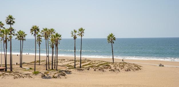 Пустой пляж на берегу моря вне туристического сезона