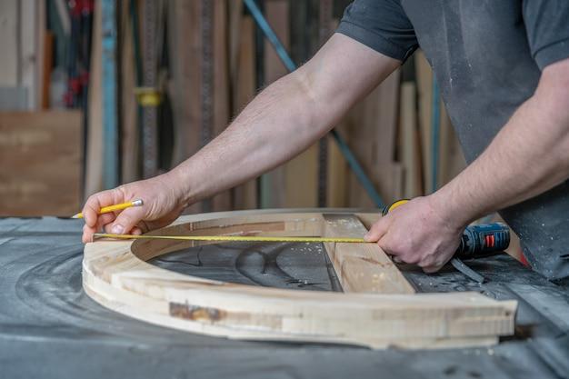 Измерение деревянной мебели с помощью намоточного счетчика при производстве столярных изделий