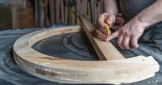 丸い木製の窓の生産のための建具の測定と計画