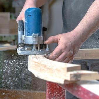 Деталь электрического фрезы в столярных изделиях во время фрезерования древесины