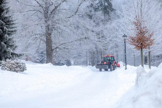 トラクターは冬に雪から道路をきれいにします