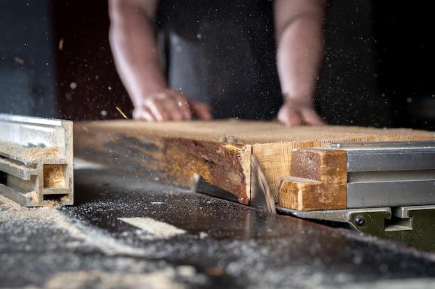 Обрезка коры на деревянной доске с циркулярной пилой в столярных изделиях