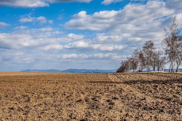 Вспаханные поля весной готовы сеять растения для будущих культур