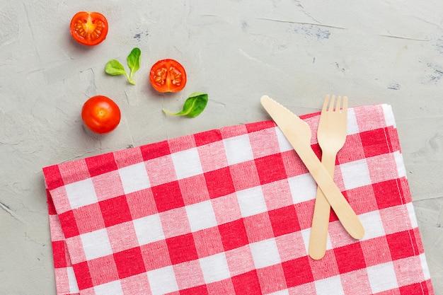 ナプキンと木製のカトラリーと抽象的な食品の背景