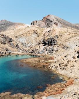 火山とエメラルド湖フロントビュー