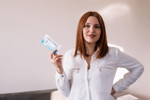 ウェット抗菌ワイプを保持している大人の女性