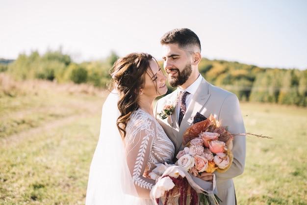 Счастливая свадьба пара молодоженов обниматься