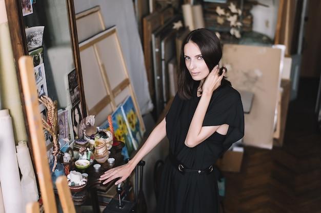 アーティストスタジオの女性アーティスト
