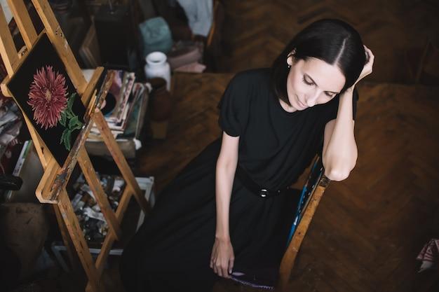 アートスタジオで女性アーティストの絵を描く
