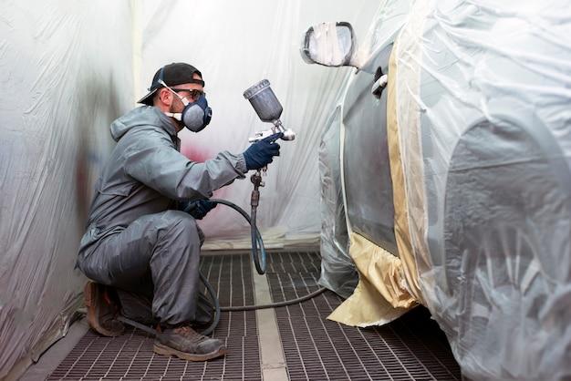 Работа кузовных работников заключается в ремонте кузовов автомобилей или обтекателей транспортных средств или самолетов, которые пострадали в результате несчастных случаев или столкновений.