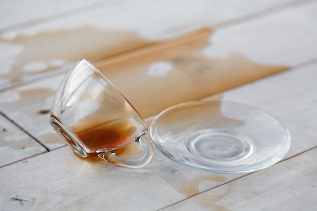 テーブルにこぼれたお茶