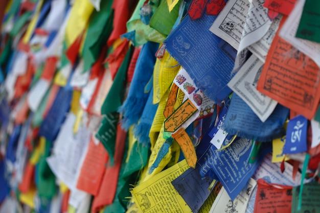 Красочные тибетские молитвенные флаги в непале