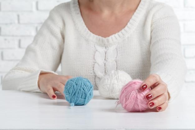 糸を保持している女性の手