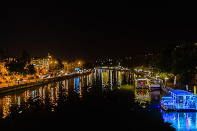 Ночная точка зрения старого города тбилиси. тифлис является крупнейшим городом грузии