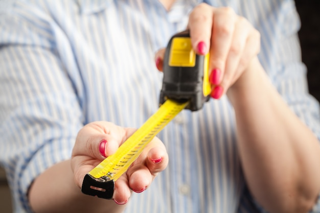 Концепция размера пениса. женщина с рулеткой