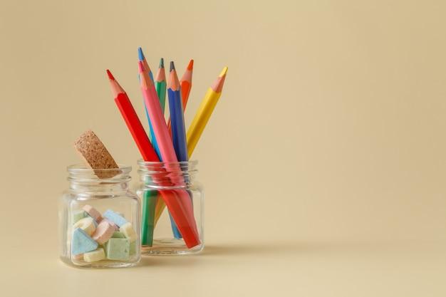 Цветной карандаш в стеклянной макро крупным планом