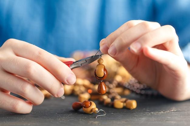 ビーズのイヤリングを作る女性