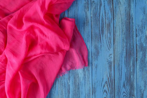 Текстура ткани из хлопка и мятой шелковой складки лежит на фоне стола
